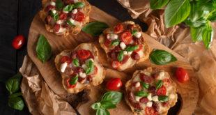 Piknikowe tartaletki na słono z kiełbaską