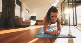 kobieta ćwicząca w domu