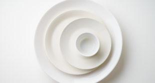 Porcelanowe białe talerze ułożone jeden na drugim