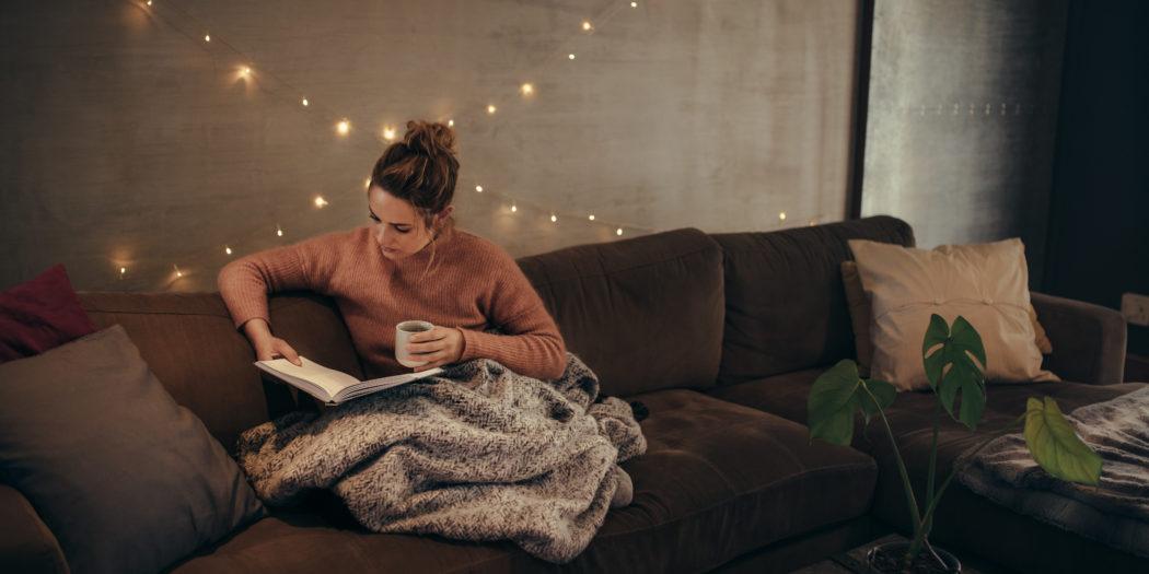 """Kobieta czytająca """"Pestki""""Ciarkowskiej"""