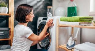 kobieta nastawiająca pranie