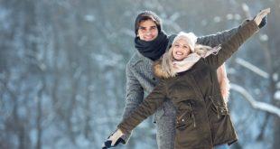 młody mężczyzna i kobieta w zimowych stylizacjach