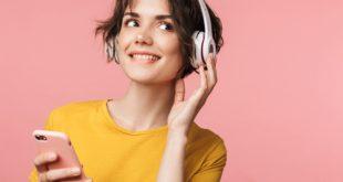 Dziewczyna ze słuchawkami na uszach i ze smartfonem