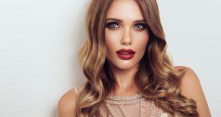 piękna kobieta z ułożonymi włosami