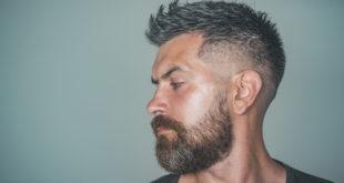 profil mężczyzny z bujnymi włosami i brodą