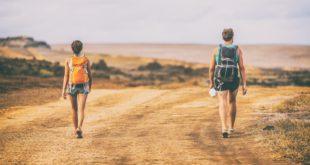 dwójka ludzi na trekkingu