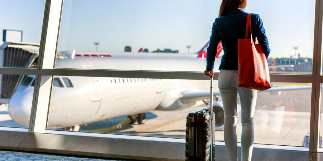 dziewczyna w hali odlotów z bagażem podręcznym