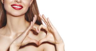 kobieta z pięknymi dłońmi