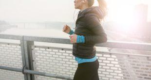 młoda dziewczyna trenująca jogging wiosną