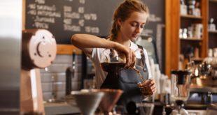 baristka używająca chemexu do parzenia kawy