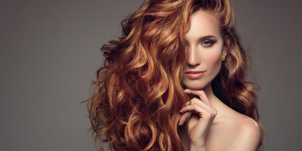 rudowłosa kobieta z pięknymi włosami