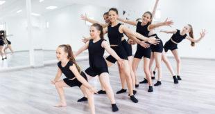 dziewczynki w czerni trenujące balet nowoczesny