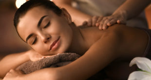 kobieta relaksująca się podczas masażu