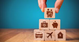 różne rodzaje ubezpieczeń ulożone z drewnianych klocków