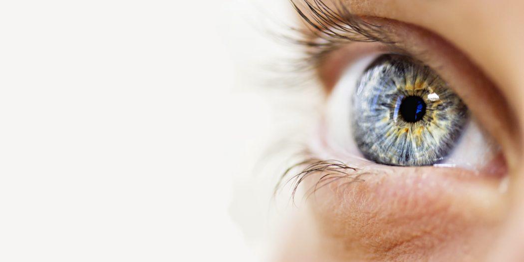 zbliżenie na kobiece niebieskie oko