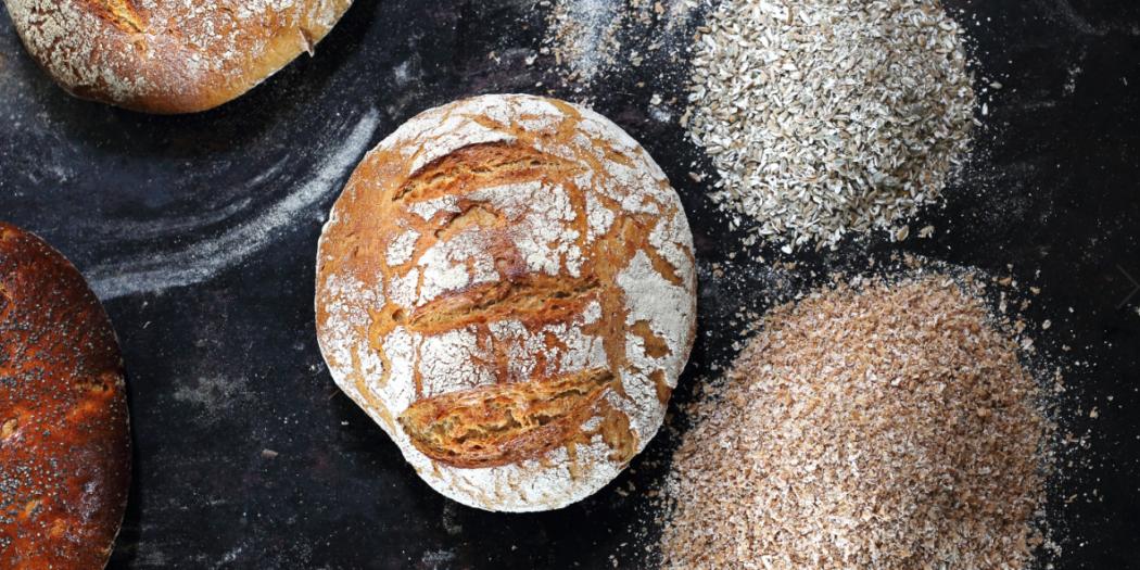 Bochenek świeżego chleba. Kompozycja naturalnych, ekologicznych wypieków piekarniczych