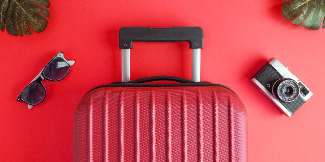 czerwona walizka spakowana na wakacje