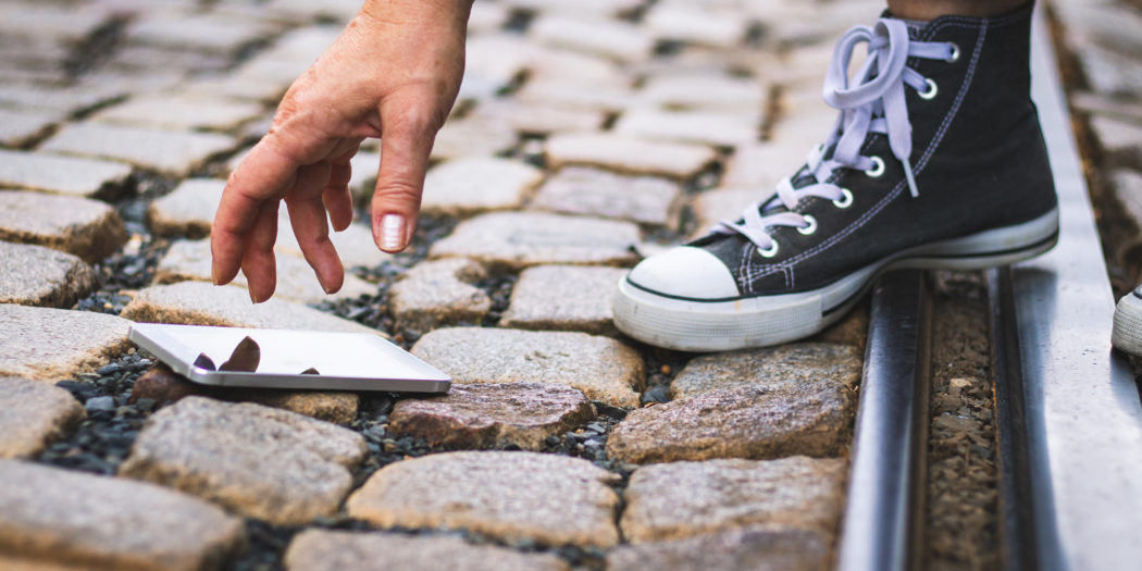 smartfon upadający na bruk