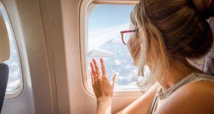 kobieta przy oknie samolotu