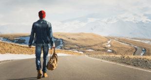 mężczyzna z plecakiem w podróży