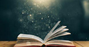 otwarta książka na drewnianym stole