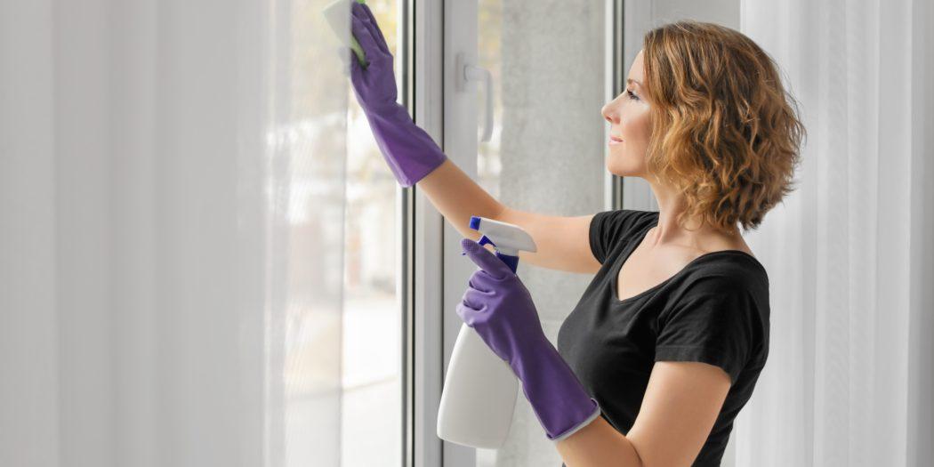 piękna kobieta myjąca okna