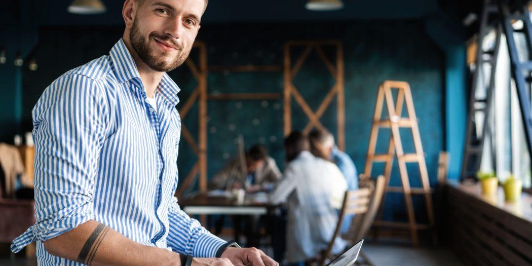 młody przedsiębiorca pracujący przy laptopie