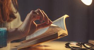 zbliżenie na czytaną książkę