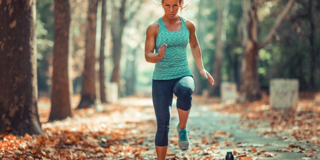 kobieta ćwicząca na zewnątrz