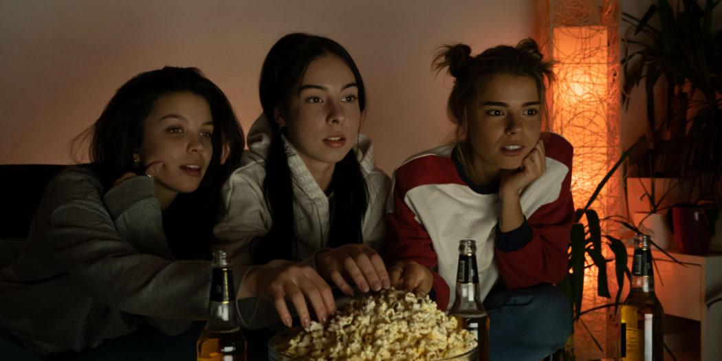 trzy dziewczyny oglądające film