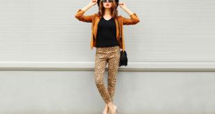 kobieta w jesiennej stylizacji i butach na obcasach