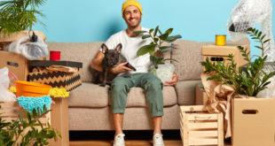mężczyzna z psem w nowym mieszkaniu