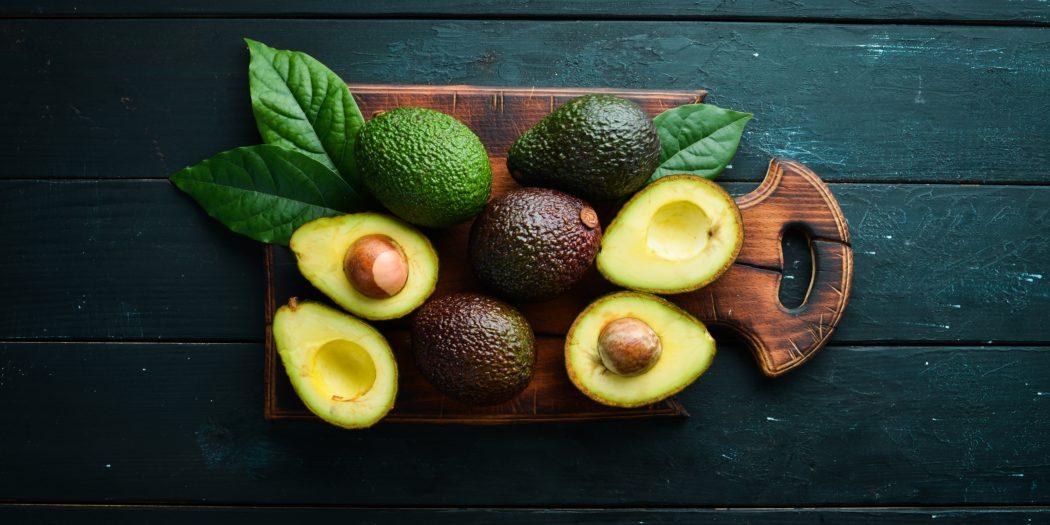 owoce awokado na ciemnym tle