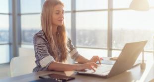 dziewczyna w biurze przed komputerem