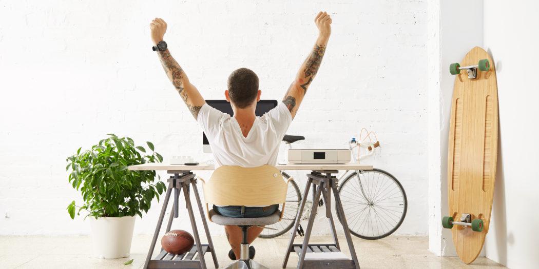 freelancer z tatuażami przy komputerze
