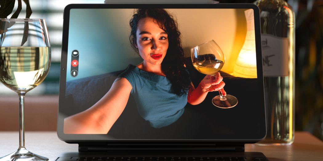 kobieta z kieliszkiem wina rozmawiająca przez komunikator