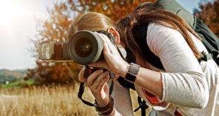 dziewczyna z aparatem w plenerze