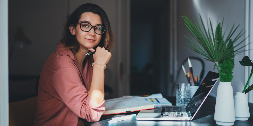 kobieta pracująca przed komputerem