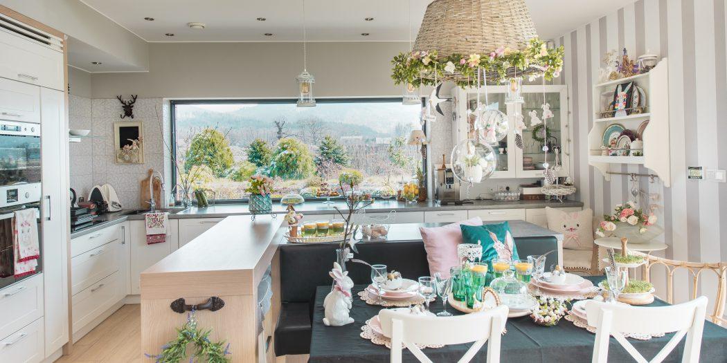 Pięknie nakryty stół wielkanocny i śniadanie wielkanocne w nowoczesnej jadalni przytulnie urządzonej